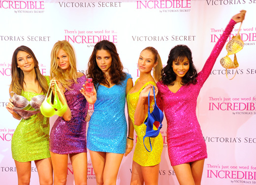 Angely-Victoria-s-Secret-na-prezentacii-aromata-Incredible.jpg